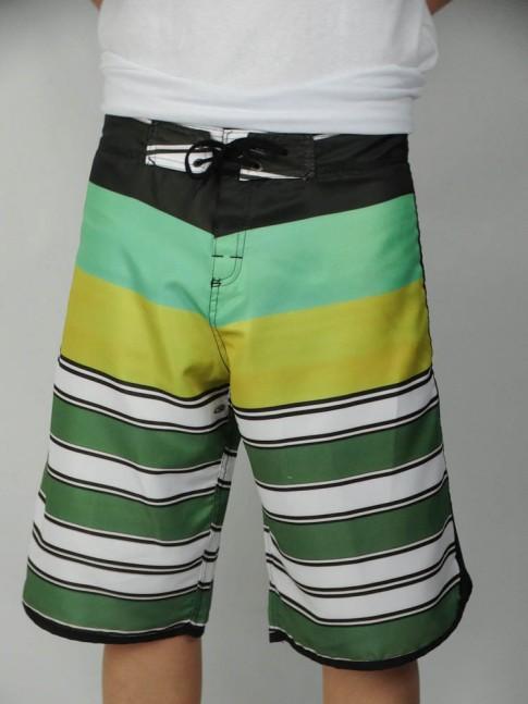 312-Bermuda masculina em microfibra sublimada com viés lateral listrada preto, verde, amarelo e branco