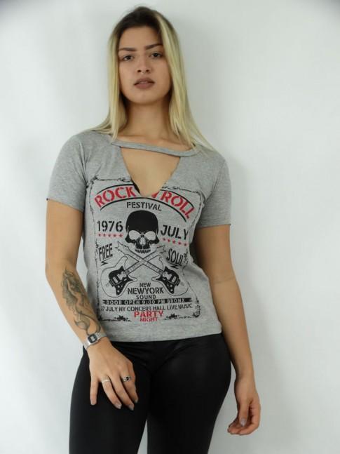 T-shirt em Viscolycra Recorte V Estampa Guitarras e Caveira