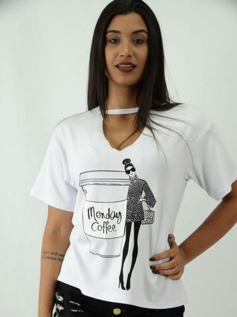 T-shirt em Viscolycra Recorte V Estampa Boneca e Café