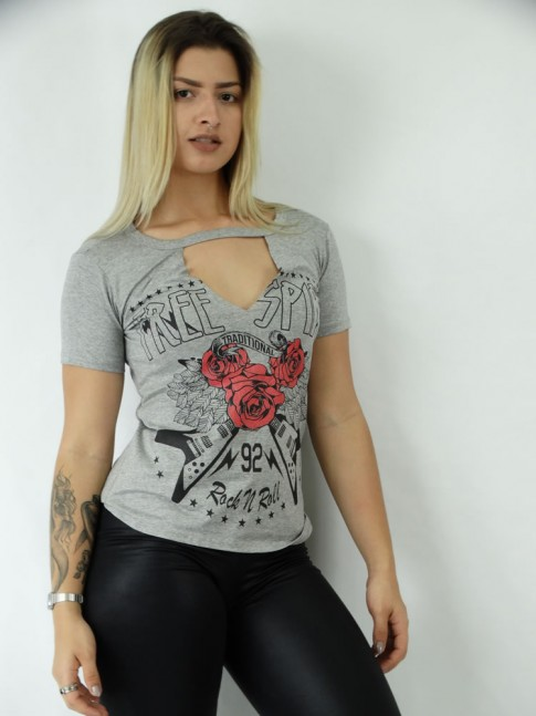 T-shirt em Viscolycra Recorte V  Estampa Tres Rosas e Guitarras