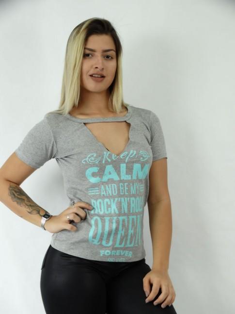T-shirt em Viscolycra Recorte V Estampa Dizer e Rock