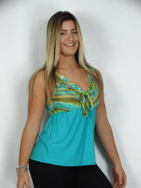308 - Blusa Azul com Estampa Elementos Verde color babado no decote