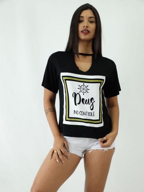 T-shirt em Viscolycra com Recorte V Estampa Deus no Controle