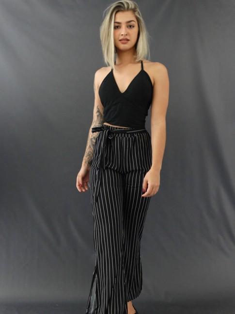 Calça Pantalona com Fenda e Faixa Lateral em Crepe de Malha Listras Finas Preto e Branco [2011185]