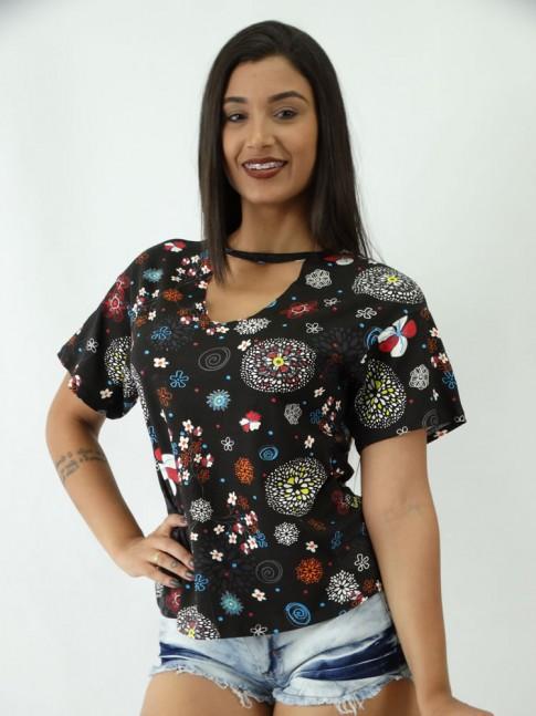 T-shirt em Viscolycra com Recorte V Estampada Preta Flores