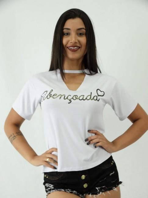 T-shirt em Viscolycra com Recorte V Estampa Abencoada Coracao